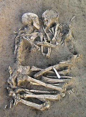 restos_esqueletos_hallados_mantua_unidos_abrazo_datados_hace_5000_6000_anos1